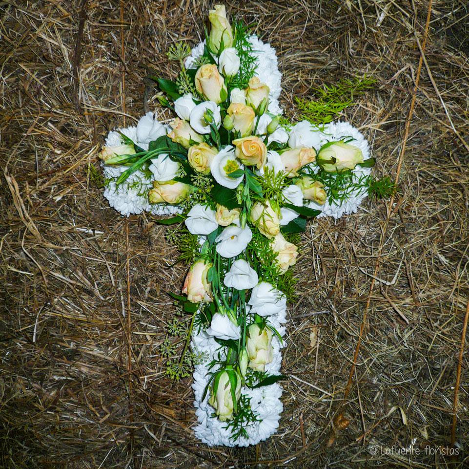 Imagen Cruz de difunto - Lafuente floristas - Tu floristería en Santander y Cantabria - Flores y Plantas